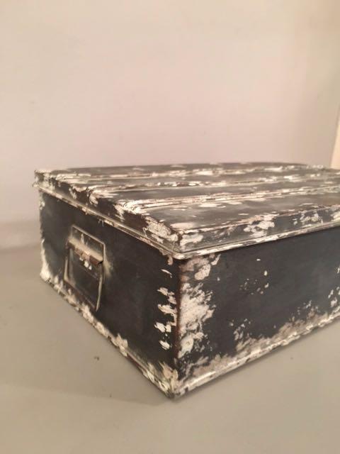 boite de rangement industrielle carouche interpr te d 39 objets. Black Bedroom Furniture Sets. Home Design Ideas